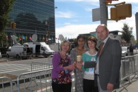 """Lorna Gold, Jean Saldanha, Cliona Sharkey Y Bernd Nilles, de Trocaire y CIDSE, """"Encendiendo la llama"""" ante la sede de las Naciones Unidas en Nueva York (septiembre 2013)"""