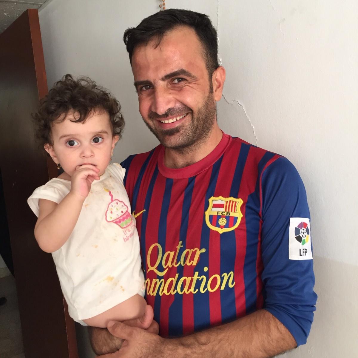 la pequeña Perla, refugiada iraquí en Jordania,  en brazos de sus padre. Foto:África Marcitllach