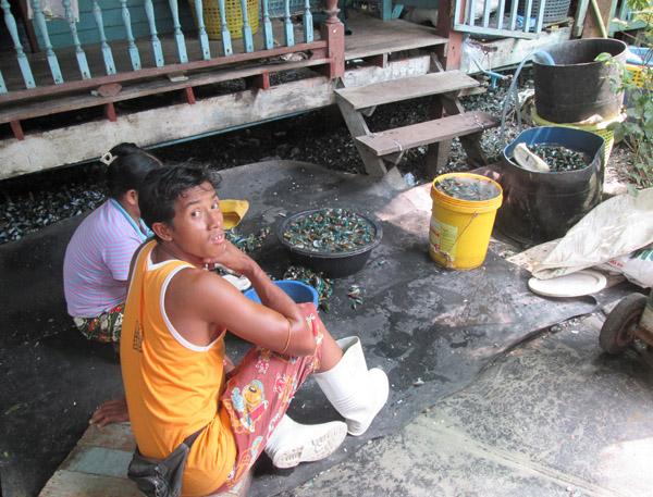Los refugiados birmanos suelen trabajar en barcos pesqueros. Muchas veces desaparecen sin dejar rastro. Foto Patricia Garrido-Manos Unidas
