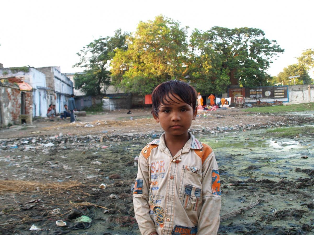 Uno de los niños que habitan en el slum Charbhuja Shahid en Varanasi (India)   Foto: Marta Isabel González/Manos Unidas