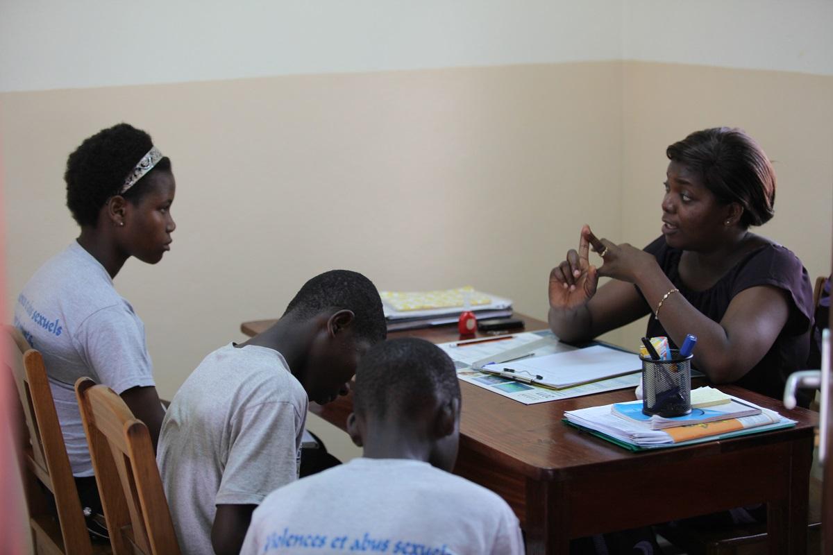 Un momento de asesoramiento sobre la Trata en el dentro Kekeli- Foto Carmelitas de la Caridad Vedrunas