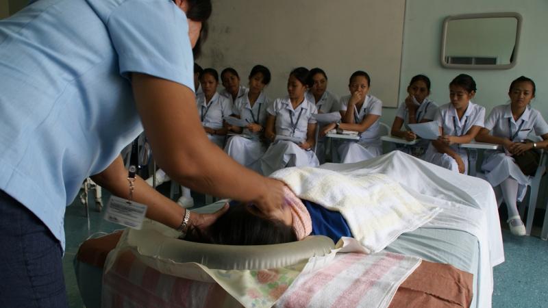 Jóvenes del Centro Gabriel Taborin asistend a una clase práctica de enfermería (Filipinas - Javier Mármol - Manos Unidas)