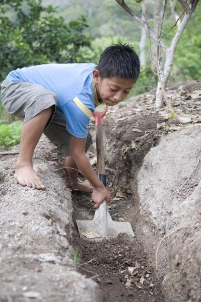 Niño trabajando en agricultura. Foto: Manos Unidas