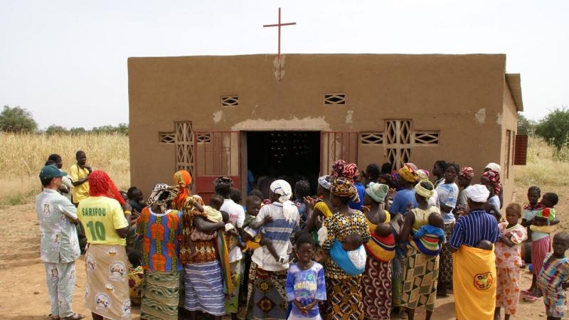 Varios personas se agolpan a la entrada de una iglesia en Burkina Faso (Javier Mármol - Manos Unidas)