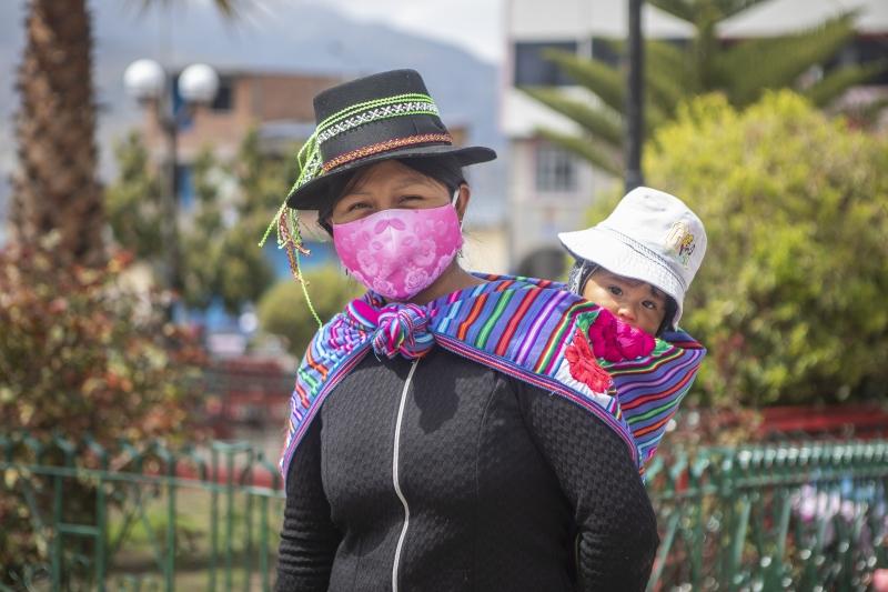 Mujer y cuidado de los niños. Foto: Ana Castañeda para Manos Unidas en Perú