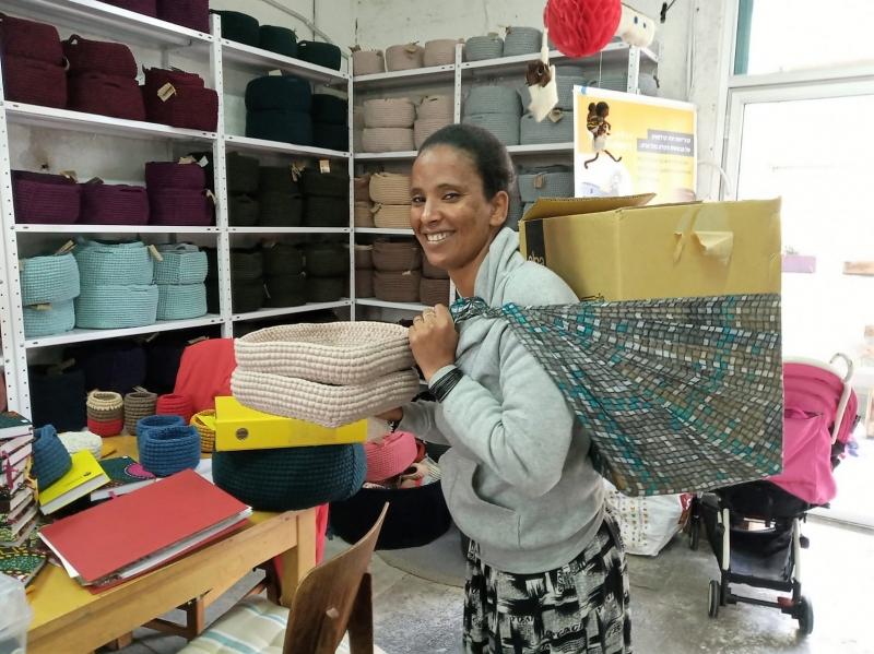 Mujer eritrea con su trabajo de cestería. Foto: Kuchinate/Manos Unidas