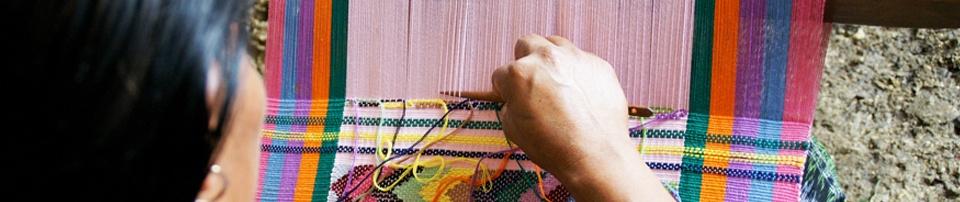 Mujer indígena tejiendo en Guatemala. Foto: Javier Fernández