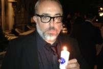 """El director de cine Álex de la Iglesia """"enciende la llama""""."""