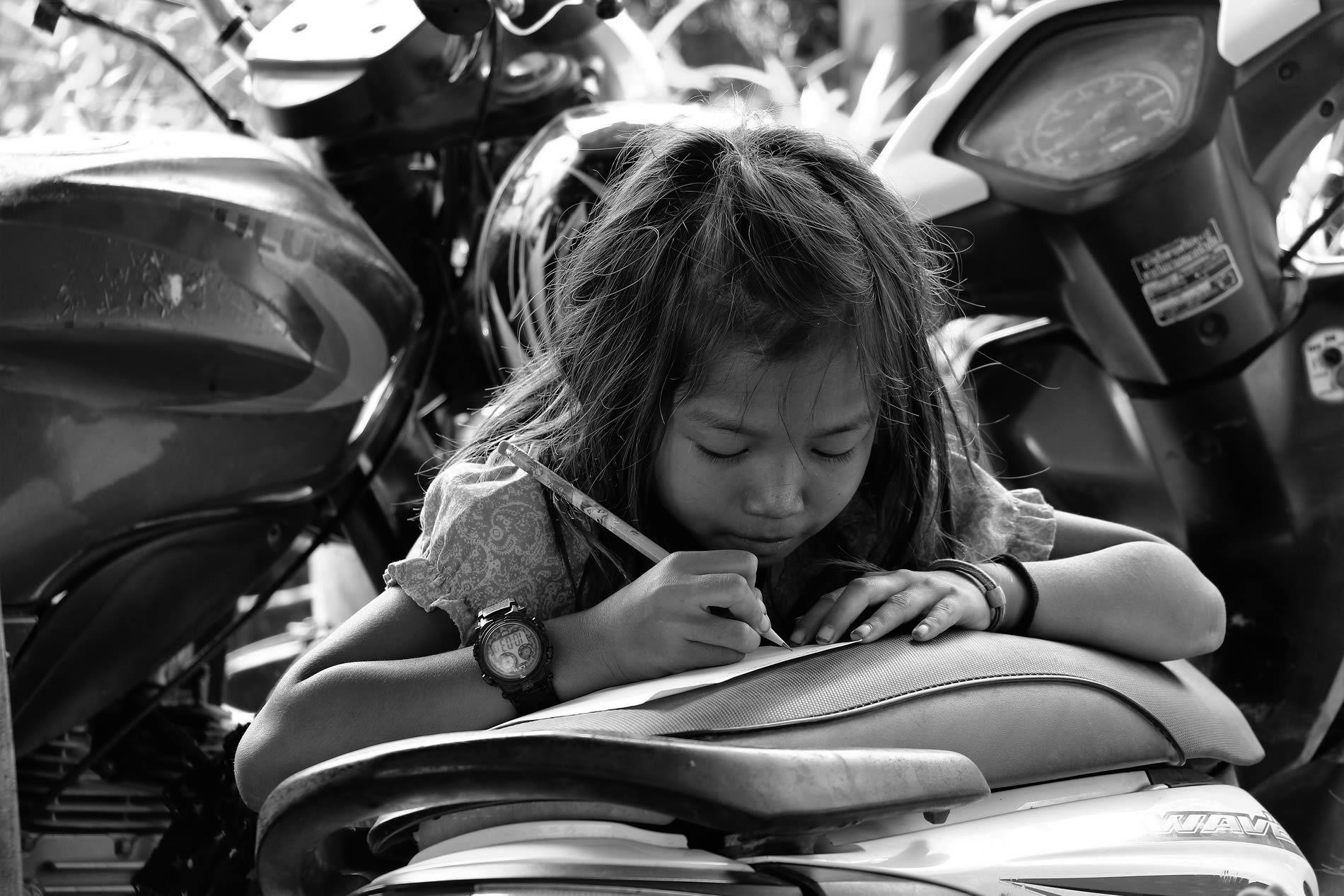 Niña escribiendo en Camboya