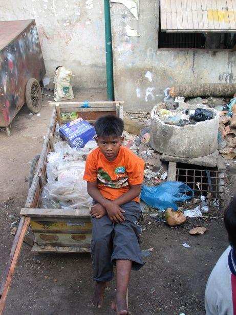 Recicldor de basura en Camboya.Proyecto CSARO.