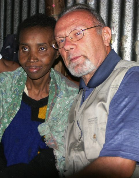 Franco Cellana abraza a Jane Warimu en su casa de Nairobi. Foto: Javier Fernández