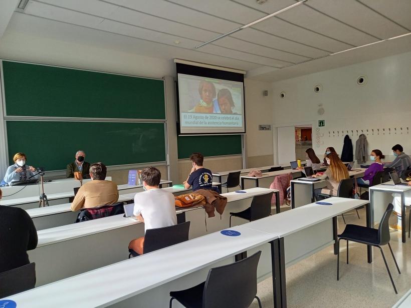 Charla de ayuda humanitaria en la Universidad de Navarra con alumnos del grado de Relaciones Internacionales