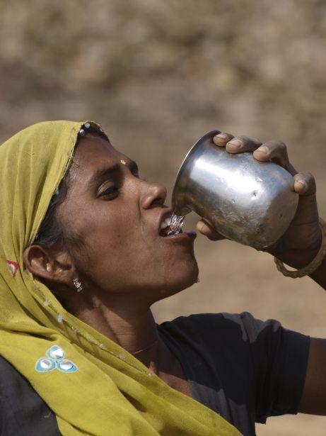 Mujer bebiendo agua en Rajastán, India. Foto: Javier Cuadrado.