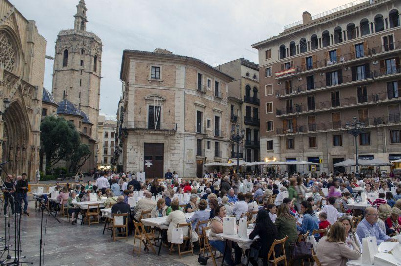 En la Plaza de la Virgen se celebra tradicionalmente la Cena Hambre de Manos Unidas, un lugar muy querido por los valencianos.