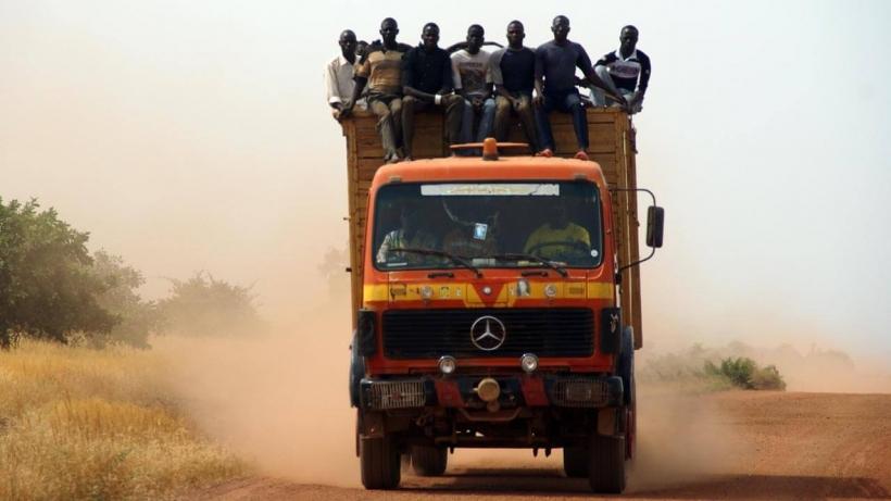 Un grup de hombre, a lomos de un camión de gran tonelaje (Burkina Faso - Javier Mármol - Manos Unidas)
