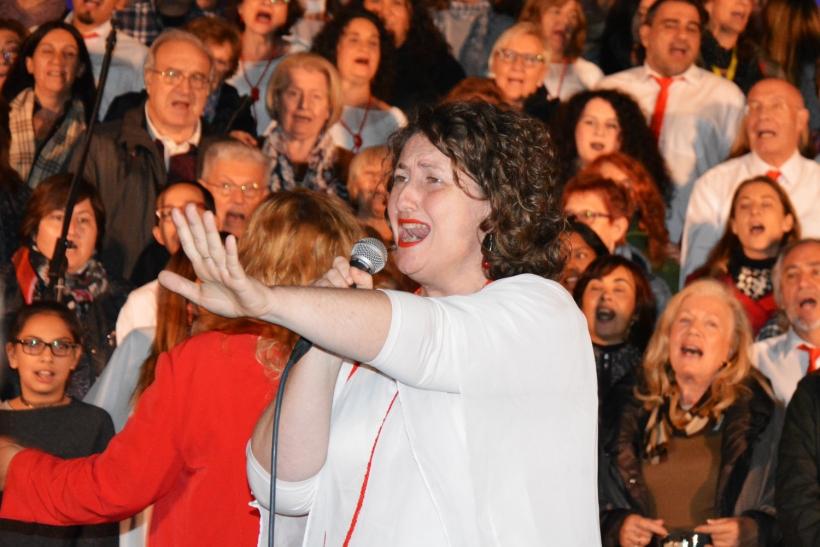 Momento en que el público se unió al Cor Carlit para cantar