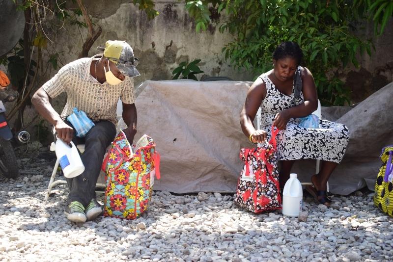 Entrega de kits en la plaine fondation tous ensemble. Foto: Manos Unidas