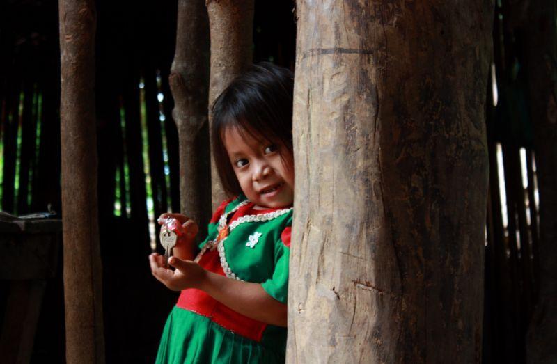 Una niña en Camotán (Guatemala), comunidad conocida por su denuncia al estado por el incumplimiento del Derecho a la Alimentación. Foto Gabriel González