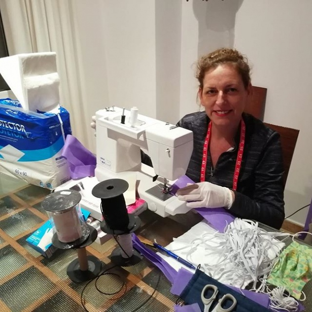 La delegada comarcal de Pego de Manos Unidas Valencia, Mónica Miralles, cosiendo material sanitario.
