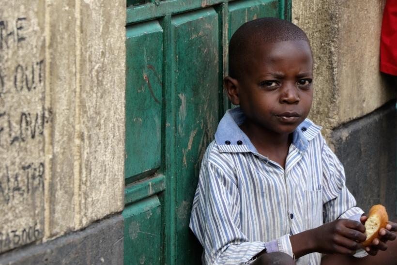 Niño suburbio Mukuro, Nariobi (Kenia). Foto: Manos Unidas/Marta Carreño