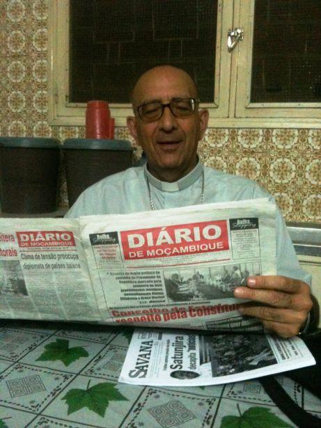 Monseñor Omella lee la prensa en Mozambique. Foto Marta Peláez/Manos Unidas