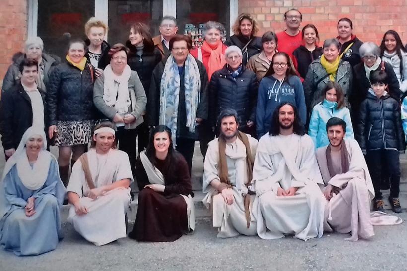Los participantes en la excursión se hicieron una fotografía con los actores de La Pasión de Esparreguera