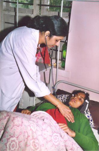 Enfermera tratando a una paciente en India