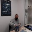 Uno de los voluntarios de Manos Unidas Valencia clasificando monedas y billetes.