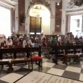 Asistentes a la misa por los fallecidos y afectados por la pandemia en Manos Unidas.