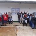 Mujeres y varones de la Comunidad de El Cardón recibiendo los tanques de polietileno de 2,500 litros de capacidad para la cosecha de agua de lluvia asociado a riego por goteo