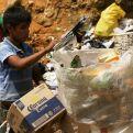 Niños recolectando basura en Guatemala