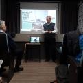 El misionero Manuel Fernández García dando una charla a los estudiantes de Escuelas Javier.