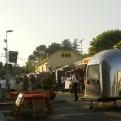 Zona de comedor del Music Van Market a media tarde