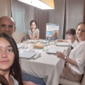 Cena del Hambre Virtual de Manos Unidas Valencia, familia reunida para la cena solidaria.