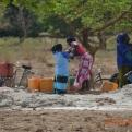 Las mujeres apoyando la obra por medio de la recolecta de agua