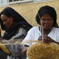 Mujeres elaborando cestos