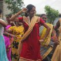 Jóvenes de la etnia Narikuravar bailan en la última visita de Manos Unidas al proyecto