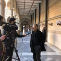 Atendiendo a los medios en la exposición de Murcia. Foto Manos Unidas Murcia