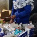 Una de las beneficiarias organiza los medicamentos- Foto Rocio Bonet/Manos Unidas