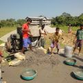 Grupo de niños ayudando en la construcción