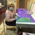 Pilar, voluntaria de Manos Unidas Valencia, preparando material sanitario.