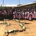 La carencia de agua y de letrinas es una de las causas de absentismo escolar femenino.