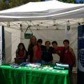 Stand de Manos Unidas con alumnos, en el mercado cooperativo