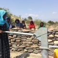 Una mujer extrae agua de una fuente en Afar, Etiopía - Foto Manos Unidas