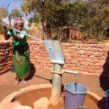 Margaret Mkandawire sacando agua de un pozo en Zambia