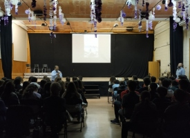 Charla en un colegio durante la campaña del misionero