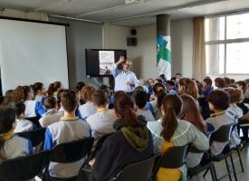 El misionero Mario Torres con alumnos de la escuela Mare de Déu de Montserrat