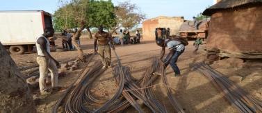 Jóvenes en acción reagrupando el material para la construcción
