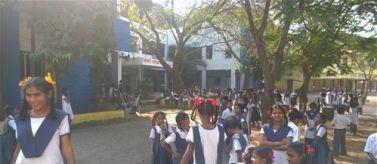 Niñas estudiantes en escuela de primaria