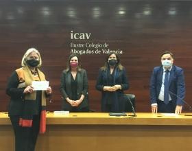 Ana Ruiz Ruiz, delegada de Manos Unidas Valencia, recoge el cheque de manos de la decana del ICAV, Auxiliadora Borja